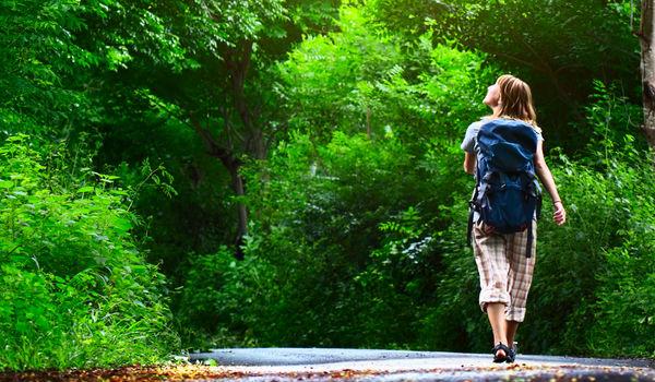 benessere camminando nei boschi