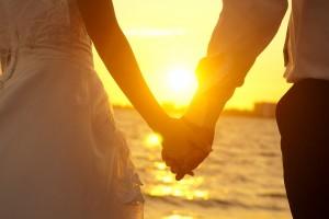 Coppia sul mare, come mantenere viva la relazione dopo i figli