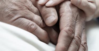 Mani che si stringono, come accompagnare una persona alla morte