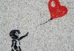 Bambina con palloncino a cuore, autorealizzazione e difficoltà