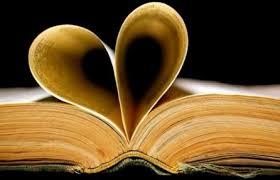 Libro con pagine a forma di cuore, simbolo della biblioterapia