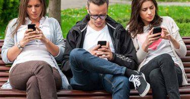 Persone con iphone e smartphone, psicologia della dipendenza e subpersonalità