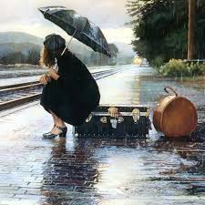 Donna aspetta un treno che non arriva mai, il non tempo futuro