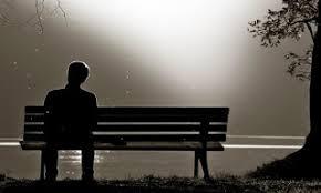 Persona su una panchina, aspetta un amore perduto tutta la vita